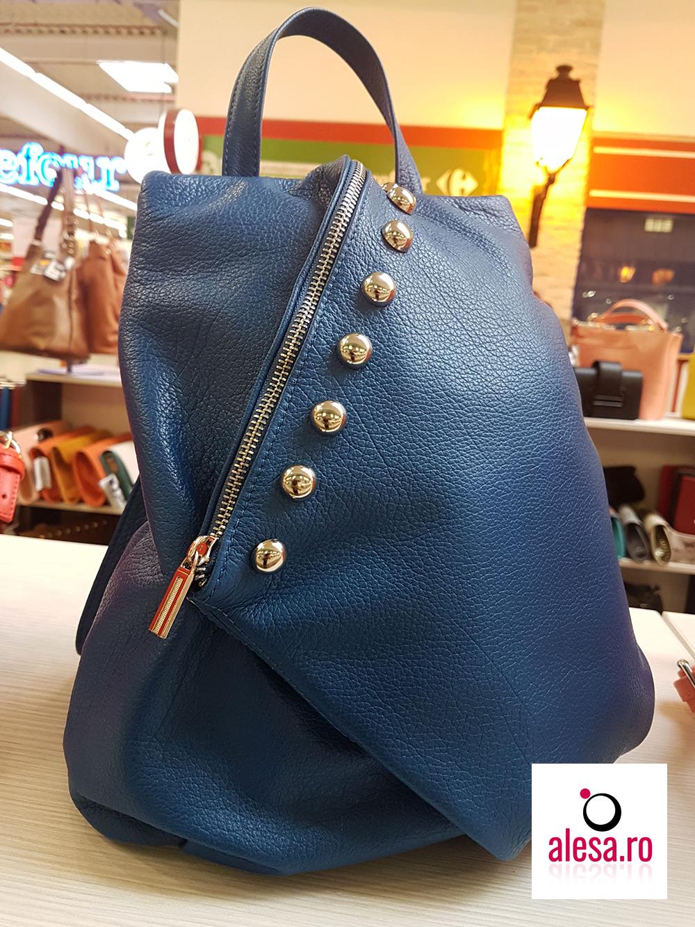 Un rucsac de dama albastru, de o calitate deosebita, cu accesorii aurii